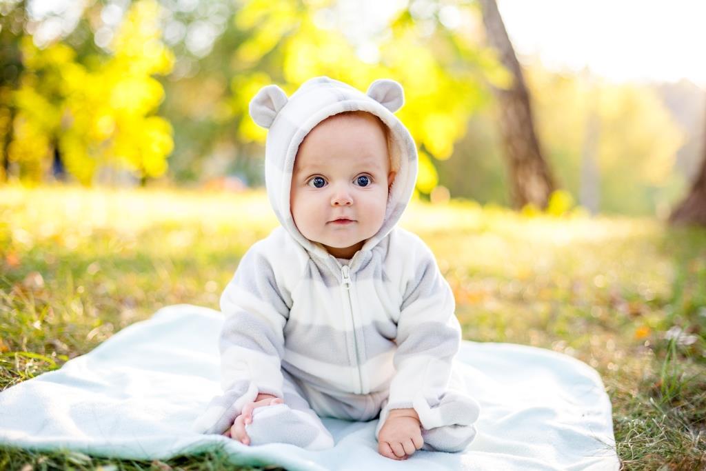 Pattanáshoz hasonló kiütések a csecsemő arcán – mi lehet?